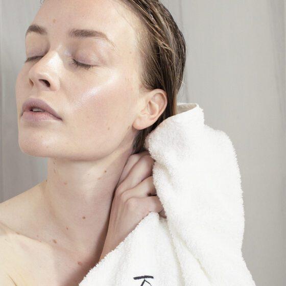 Hårkur - kvinde er ved at tørre sit hår i et hvidt håndklæde